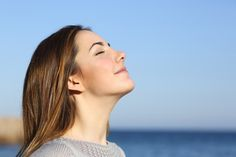La respiration profonde est idéale pour évacuer les tensions de tous les jours et vous recentrer. Voici un exercice en 4 étapes pour y parvenir facilement.