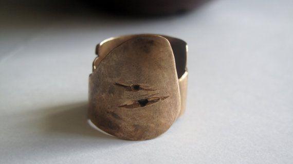 anello 'armatura' in bronzo di atelieretoiles su Etsy