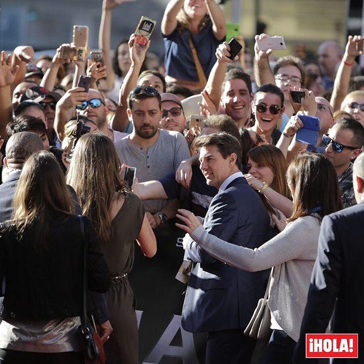 Tom Cruise ha revolucionado Madrid durante la presentación de su película 'La momia' junto a sus compañeras de reparto Sofia Boutella y Annabelle Wallis y el director Alex Kurtzman. El actor estaba citado a pisar la alfombra roja de los cines Callao a las ocho y media de la tarde, pero apareció una hora antes para firmar, durante 50 minutos, autógrafos a sus fans y hacerse un sinfín de fotos con ellos. 👏  #tomcruise #lamomia #madrid #actor #celebrity #sofiaboutella #annabellewallis…