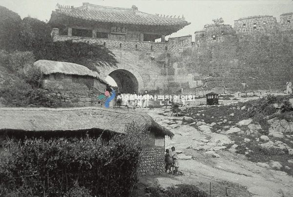 혜화문(동소문)과 성곽     서울 60리 둘레를 현무도의 뱀처럼 구불구불 이어져 호위하고 있는 한양의 도성은 애초 남산과 -  북악산을 제외하고는 흙으로 성곽을 쌓았다.