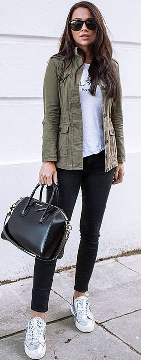 Street style | Khaki vest, messaging shirt and silver sneakers
