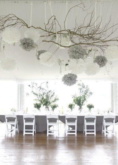 Dekoration für die Silberhochzeit mit Poms und Holz. #Silberhochzeit #Dekoration