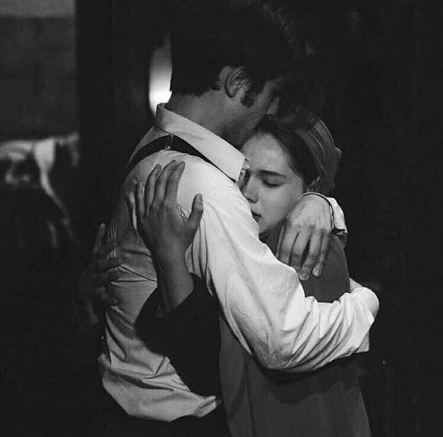 « Quiero escribirle a él, decirle q mi cuerpo extraña su cama, sus cobijas y su almohada. Quiero escribirle a él, contarle q en estas noches, me h…
