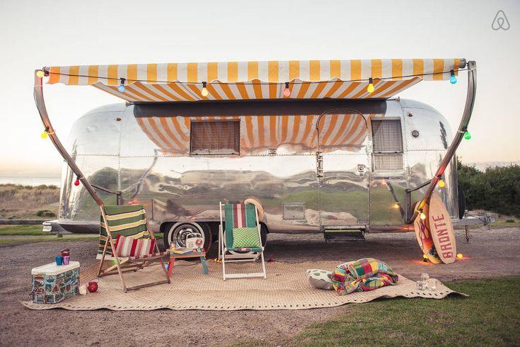 Voici 5 annonces du site Airbnb qui sont franchement intéressantes. On vous présente 5 caravanes (Airstreams) qui donnent le goût de partir en voyage et s'amuser. Il y a une petite magie dans chacune des caravanes que je vous présente. Le prix est souvent très intéressant, et c'est assurément une bonne idée pour un couple …