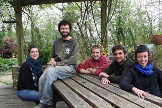Cinq amis ont décidé de reprendre une exploitation bio, à Plounévez-Moëdec (Côtes-d'Armor). Ils proposent à qui le souhaite de devenir actionnaire de la ferme. Explications.