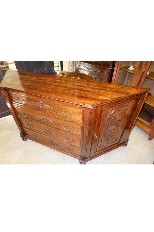 Credenza o servante in legno noce, con angoli smussati, due ante e quattro cassetti. Le ante e i cassetti sono decorati, periodo '800, restaurata.
