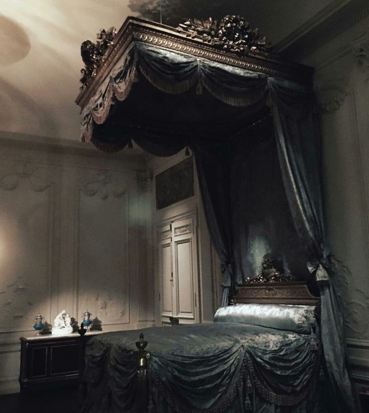 obviously not happening, but I love the carving and drapes. - 25+ Best Gothic Bed Ideas On Pinterest Black Beds, Gothic