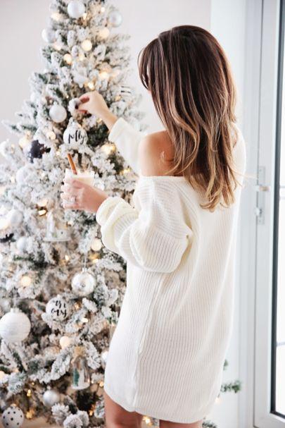 Valkoiset joulukoristeet joulukuusessa