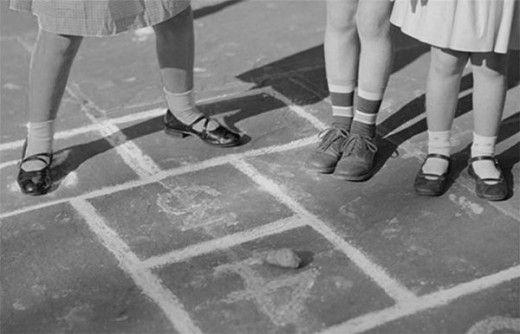 10 дворовых игр, о которых не знают наши дети. Современные дети не знают, что такое лапта, вышибалы и городки. Любимым нам дворовым играм они предпочитают приложения и гаджеты. Научите своих детей играть в подвижные дворовые игры – пусть их детство станет счастливее и интереснее!