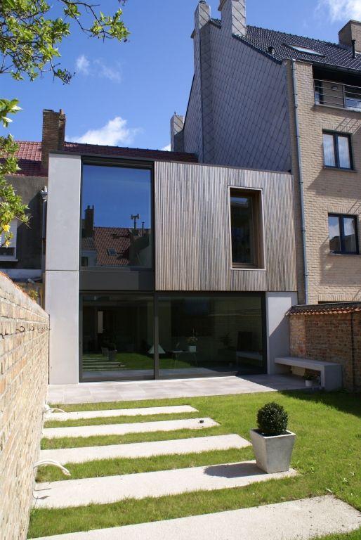 Een rijwoning met de typische koterijen wordt omgevormd tot een hedendaagse en ruimtelijk interessante woning.
