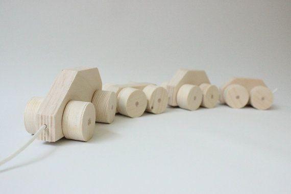 Speelgoed trein (auto met 3 aanhangwagens) gemaakt van berkenhout, de wagons zijn gekoppeld door middel van nylon koord. Zowel te gebruiken als