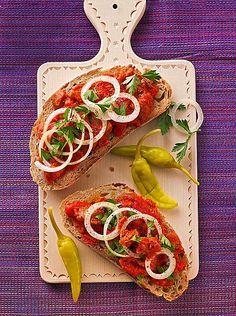 Zacusca - vegetarischer Brotaufstrich mit Paprika und Auberginen