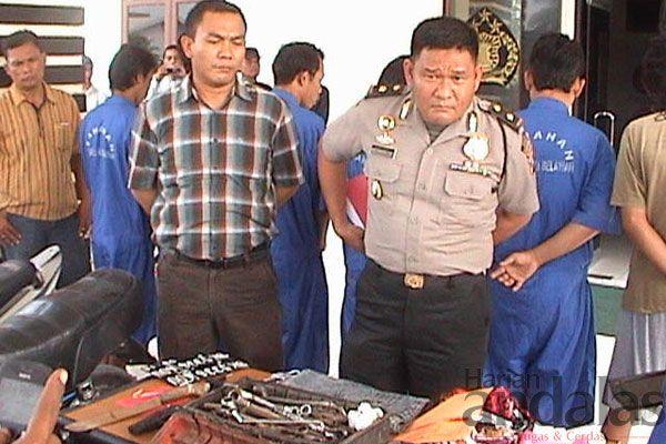 PAPARKAN Kabag Ops Polres Pelabuhan Belawan Kompol Herwansyah SH memaparkan hasil Operasi Sikat Toba 2013 di Mapolres Pelabuhan Belawan.