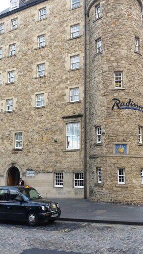 Radisson Hotel på The Royal Mile i Edinburgh.  Bästa hotellet på resan. Fantastisk personal och frukost. Läget och rummet. Inget alls att klaga på. Och i princip enda stället på hela resan som hade en väl fungerande wifi.