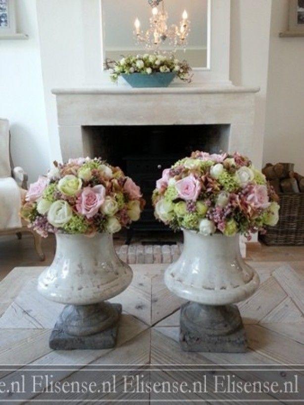 Romantisch setje bloemstukken met zijden bloemen in robuuste vazen.