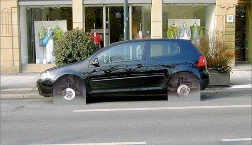 Eine Versicherung machte mit dieser Ambient Marketing Aktion darauf aufmerksam, dass der Diebstahl von speziellen Auto-Teilen meist nicht gedeckt ist.