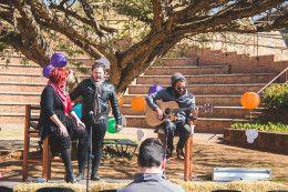 Verskeie kunstenaars soos Jako Meyer van Moses Metroman, Edrien Erasmus, verhoogkunstenaar, Tiaan Erasmus en Francois van Rensburg, het gewilde Afrikaanse liedjies gesing