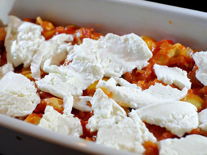 Deze goedgevulde lasagne zit vol lekkere groenten, kip, mozzarella en nog veel meer. Het makkelijke recept vind je hier.