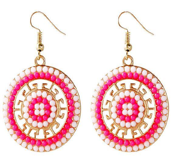 Goudkleurige ronde oorbellen roze met witte kraaltjes