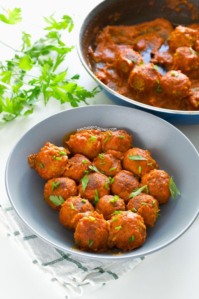Estas albóndigas veganas de tempeh no tienen nada que envidiarles a cualquier otra receta de albóndigas y la salsa de tomate y coco es sublime.