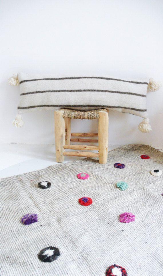 Cuscino di lana POM POM marocchino coprire - Extra lungo in strisce grigie  Ciascuno dei cuscini è tagliato da una coperta in lana, tessuti a mano in Marocco su telai tradizionali in legno. E cucite da La cada de cotó.  Questo cuscino di lana lungo è un accessorio luminoso alla vostra casa.   : Colore: ecrù con strisce grigie  : Dimensioni: 30 x 85 cm (circa)  : Materiale: lana  : Chiusura con Zip metallo   Questi cuscini sono inviati senza riempimento per il comfort. Unstuffed cuscino sono…