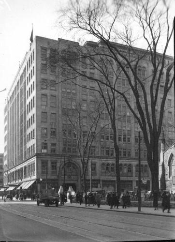 Eaton's Grand magasin Eaton's (677, rue Sainte-Catherine Ouest, à l'angle de la rue University). 30 mars 1936
