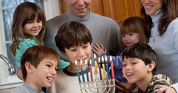 Cómo recitar las tres bendiciones de Hanukkah. Encender la menorah de Hanukkah cuando se pone el sol es una tradición típica de esta festividad. Para cada una de las ocho noches de Hanukkah se añade una vela adicional a la menorah hasta que todas las velas brillen en la última noche de Hanukkah. Cada noche antes de encender las velas, las familias recitan las bendiciones de Hanukkah. Existen ...