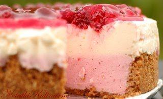 Różowy jogurtowy tort malinowy z ajerkoniakiem