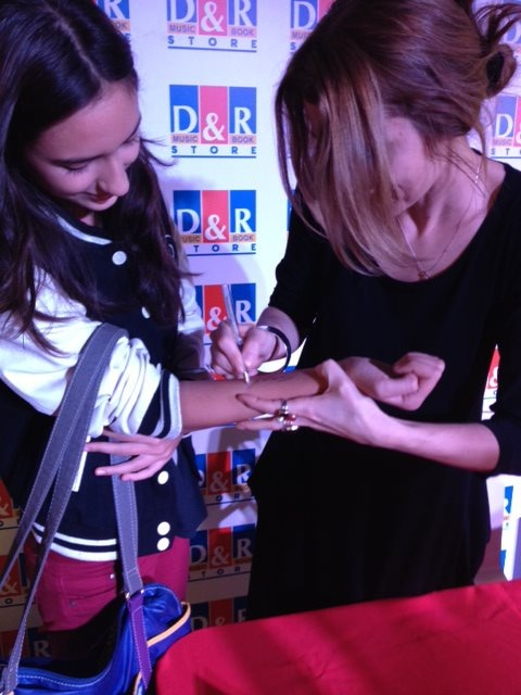 İmza gününde kolunu imzalamamı rica eden okurum...