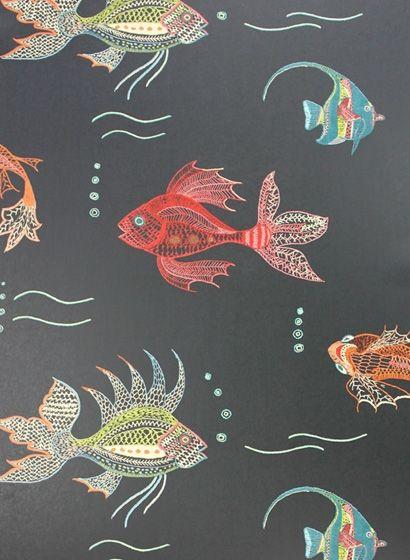 Verspielte Fischmotive auf tiefem Schwarz: Tapete Aquarium von Osborne & Little #britisch #retro #bad