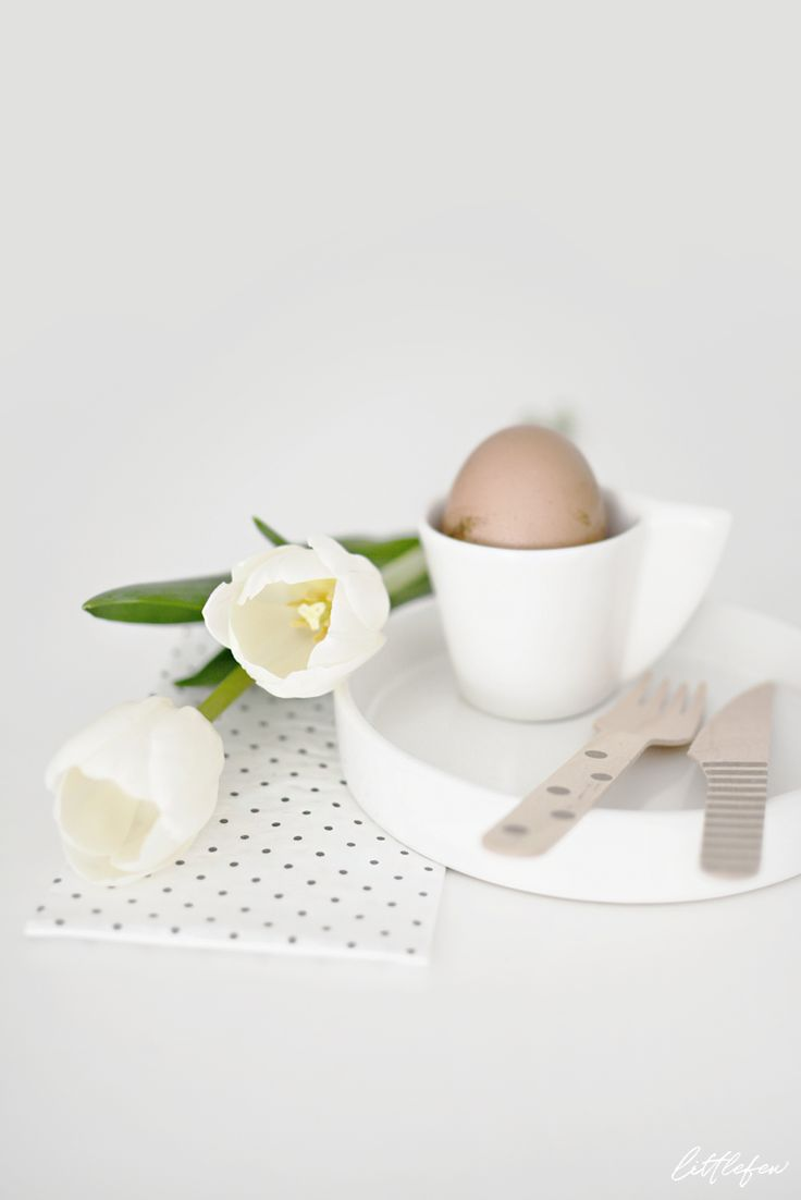 Littlefew Blog // Easter deco & white tulips.  Home details, table-setting, flowers, decoration, living-room, white decor, minimal design, Easter, Pascua, diy egg, huevos pascua, minimalismo, soft, wooden details, table-ware, cubertería madera, vajilla blanca, portavelas, candle holder, hall decor, nordic inspiration, nordic decor, nordic design, decoración nórdica.