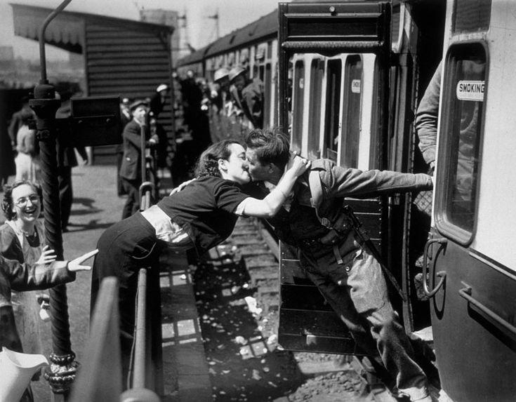 Una donna si sporge oltre la ringhiera per baciare un soldato britannico che torna dalla Seconda Guerra Mondiale. Londra, 1940.