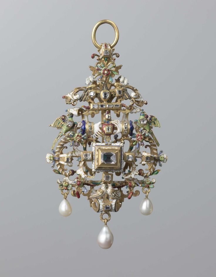 Pendant with closed hands together, partially enamelled gold, precious stones and pearls. ca. 1580 - ca. 1600