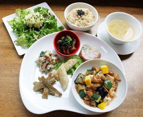 「夏野菜のベジ麻婆豆腐」 麻婆豆腐をベジタリアンで作ってみました。この一品で10種のお野菜が入っています!「葱花餅(ツォンホワピン)」 小麦粉と葱、塩、ごま油だけのシンプルな一品「たたきごぼうのナッツ和え」 陽性な食材のごぼうと陰性食材のナッツを合わせました。陰陽調和の味をお楽しみ下さい。(このお料理を食べて、ごぼうを強く感じる方は陰性。ナッツを強く感じる方は陽性かも)「青豆とトマトのゼリー寄せ」 空豆、発芽青大豆、トウモロコシなど季節のお野菜をトマトのゼリー寄せに「きのこのおろし和え」 陰性食品のキノコを大根おろしと合わせました。さっぱりとした味わいが体に溜まった油を流してくれます「海藻と野菜の沙茶醤和え」 広東料理のベース味、海鮮の旨味が効いた沙茶醤(サーチャージャン)。 これをベジで表現するため、春椿(チャンチン)の葉、キノコで再現無農薬の赤玉ねぎと人参、ワカメなどと共に「ヒエと野菜のサラダ」 なめらかな口当たりとツブツブ感が魅力のヒエを季節のお野菜ともに、サラダにしました。陽性なヒエは体を温めてくれます。陽のヒエや切干人参、ひじきなどの乾物に、陰の生野菜が加わって