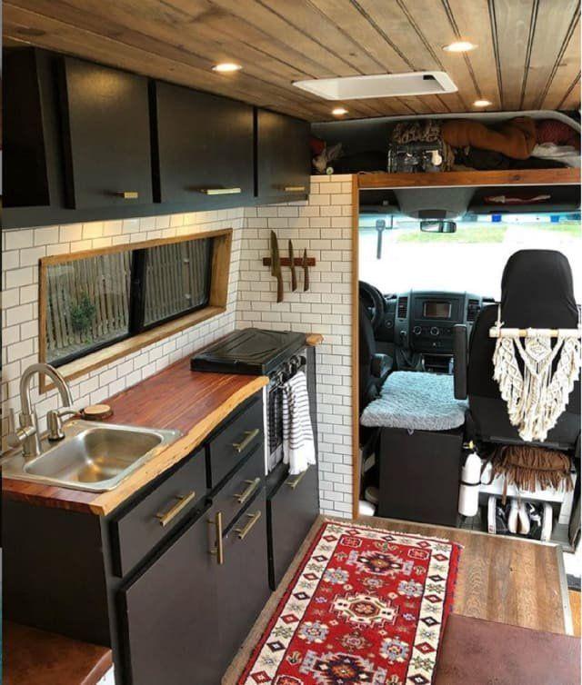 Dieser umgebaute Sprinter Van ist ein überraschend lebenswertes kleines Haus auf Rädern