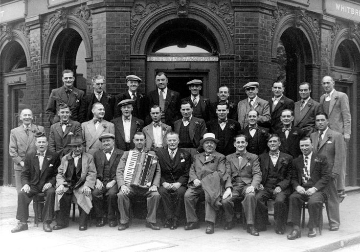 Jolly  group gathered outside 'The Young Prince', 77 #ChrispStreet #Poplar in 1935
