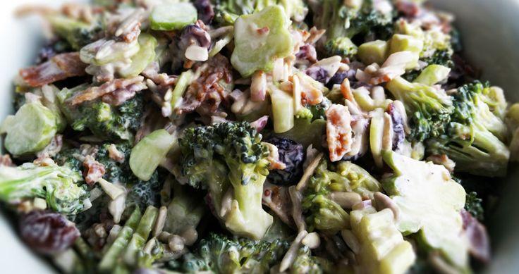 Broccolisalat er en skøn salat, som egner sig rigtig godt som tilbehør til mange kødretter. Broccoli eren ren grøntsagsbombe imod sygdomme, da denne skønne grøntsag indeholder masser af vitaminer og har en forebyggende virkning mod kræft. Opskriften på denne broccolisalat er med tranebær, dabroccolisalat med rosiner ikke er noget hit i familien. Tranebærsætter altså lige…