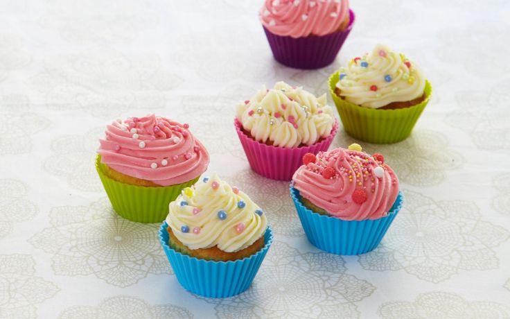 Forskjellen mellom cupcakes og muffins skal være at muffins er et bakverk i porsjonsform, mens cupcake er en kake i porsjonsform. To sider av samme sak? Uansett navn, her er oppskrift på saftige cupcakes med fristende ostekrem på toppen. Denne oppskriften gir ca. 12 cupcakes.