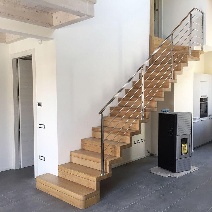 Magnani & Ricci - scala a sbalzo in legno Rovere, pedata ed alzata di spessore da mm 70, ringhiera in acciaio inox lucida con 5 elementi .