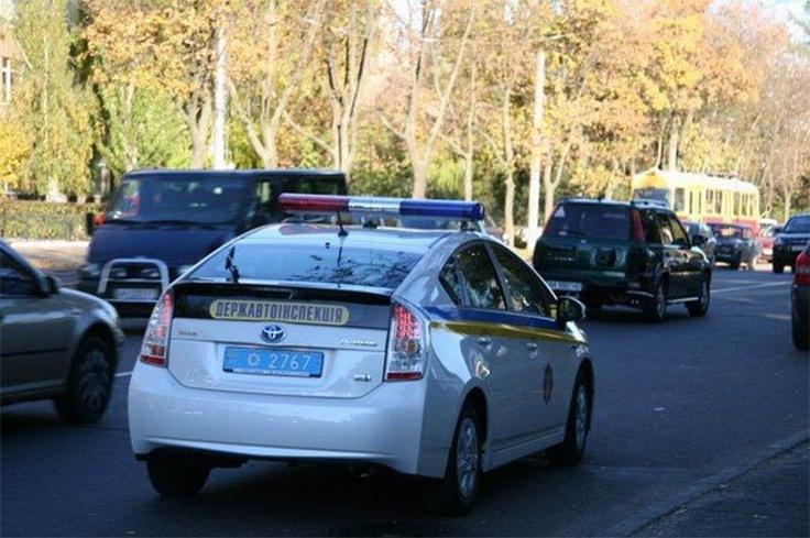 Украинские «зелёные».    Скоро украинские полицейские станут самыми экологичными полицейскими в мире. Чтобы их автомобили перестали наконец загрязнять атмосферу, МВД Украины решило пересадить своих сотрудников на «зеленые машины». Зеленые не по цвету, а по уровню выхлопа. Теперь каждый уважающий себя украинский полицейский будет передвигаться по городу и преследовать преступников на автомобиле «Toyota Prius» с гибридными силовыми установками.