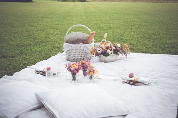 spring wedding picnic // photo: oui darling http://weddingwonderland.it/2015/03/matrimonio-primaverile-picnic.html