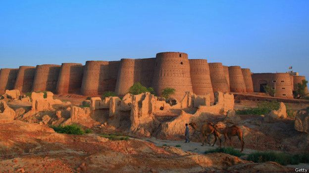 """Forte de Derawar, Bahawalpur, Paquistão - Em uma fortaleza de proporções monumentais, os 40 deslumbrantes bastiões de Derawar se erguem sobre o deserto em uma formação impressionante. Juntos, os muros do forte formam uma circunferência de quase 1,5 mil metros de diâmetro e chegam a 30 metros de altura. """"É uma estrutura magnífica no meio do Deserto de Cholistão"""""""