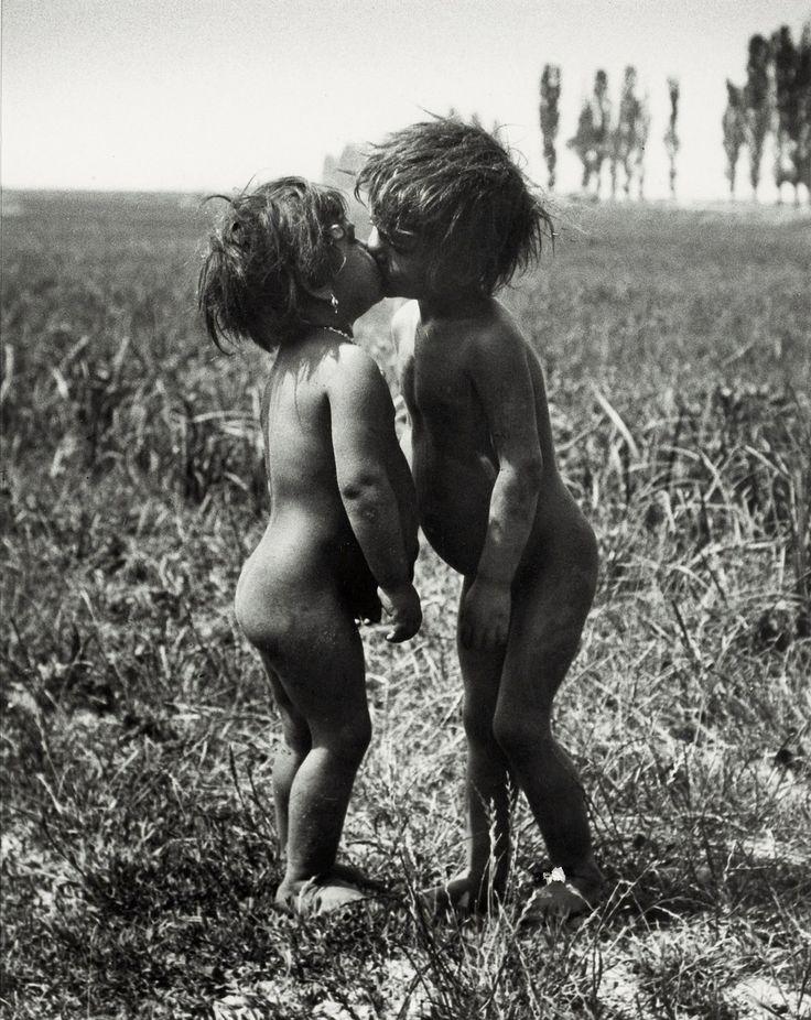 André Kertész - Gypsy Children Kissing, Esztergom, Hungary 1917. °
