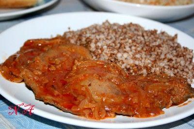 Отбивные из печени с луком и томатом