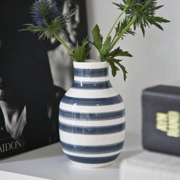 The small Omaggio vase with its soft idiom and bulky stature has the perfect size for your hallway furniture or small shelves around your home.