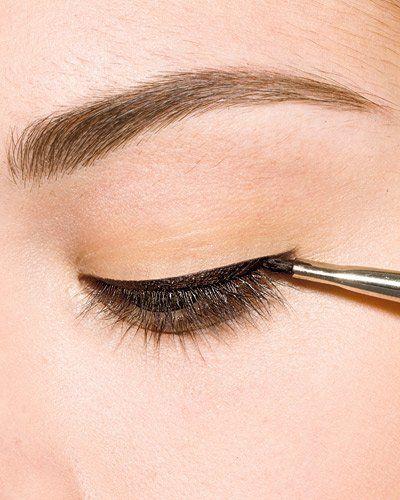 Lid mit dem Finger leicht straffen, dann schwarzen Eyeliner direkt am Wimpernkranz von innen nach außen auftragen. Alternative: Eyeliner-Pinsel in entsprechendes Spezial-Gel tauchen und vorgehen wie zuvor.Eyeliner  Looks en masse hier
