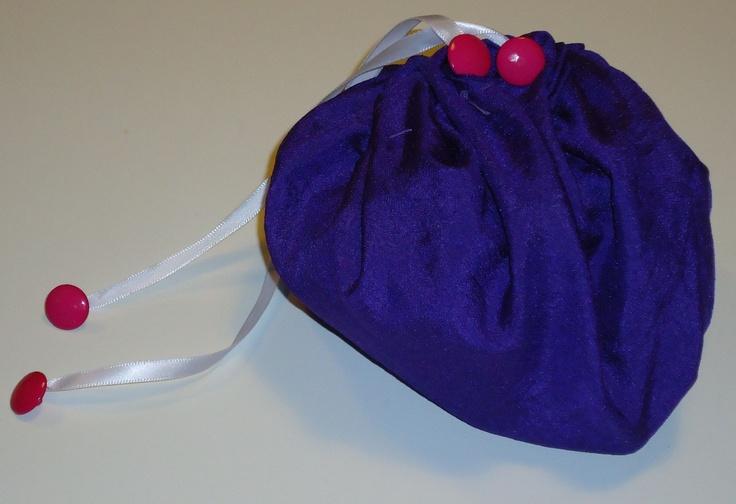 diy zakje gemaakt van glanzende paarse stof,wit lintje en roze knoopjes; pof zakje