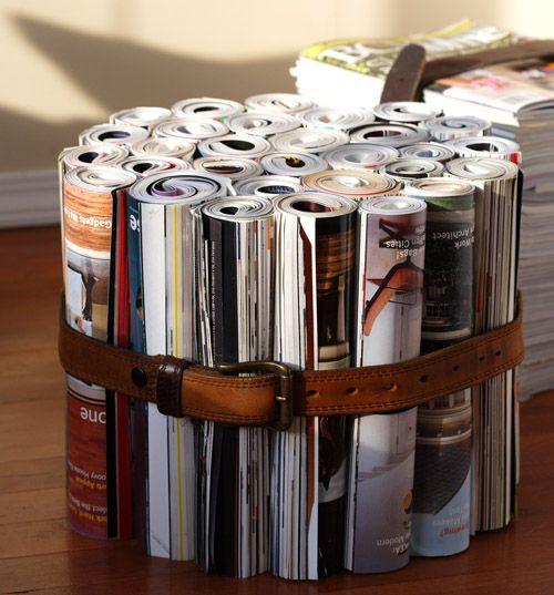 Einige Magazine zusammenrollen und mit einem Ledergürtel zusammenhalten. Man könnte noch eine Glasplatte oder ein Kissen drauflegen.
