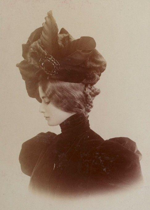 Cléo de Mérode (1875-1966), album Reutlinger, tome 2, vue 40, Gallica Elle fut une danseuse et fut élue « reine de Beauté » sur photographies par les lecteurs de L'Illustration en 1896 parmi 131 célébrités, dont Sarah Bernhardt.