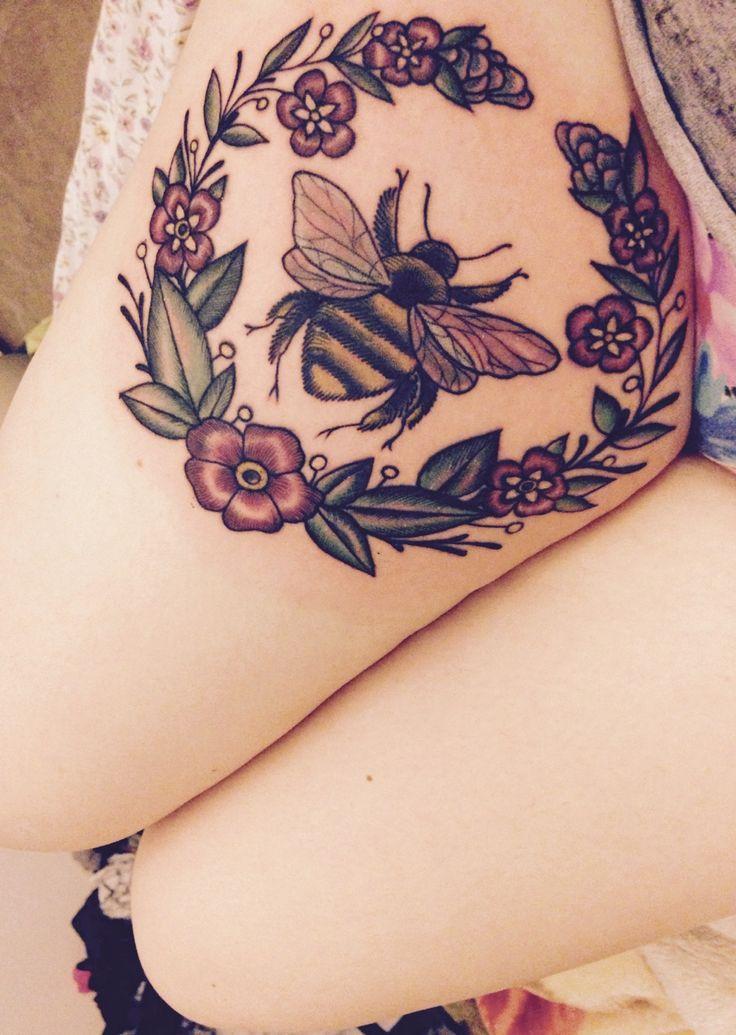 Татуировка пчелы на бедре